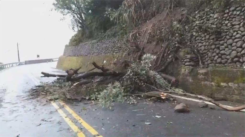台七甲線五天三起意外 道路坍方 車落山溝