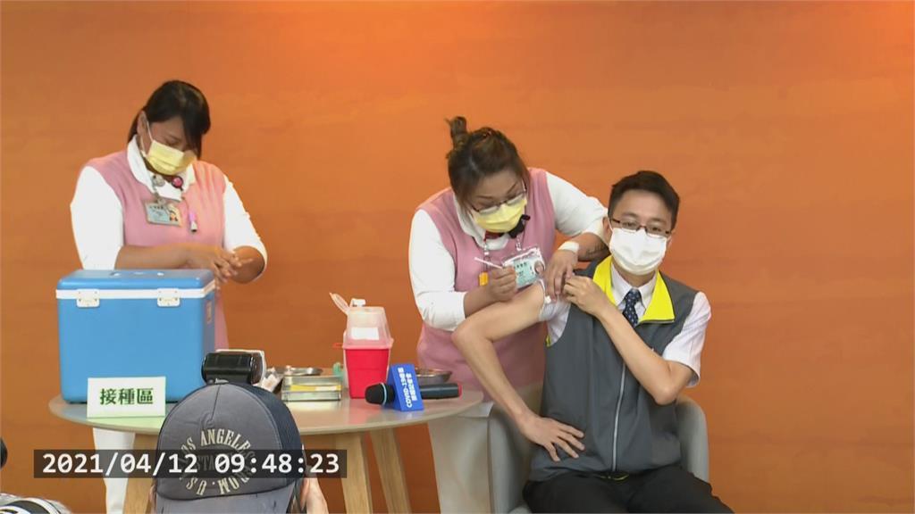 快新聞/陳宗彥、羅一鈞帶頭打疫苗 打完不痛直呼「比蚊子叮到還沒感覺」
