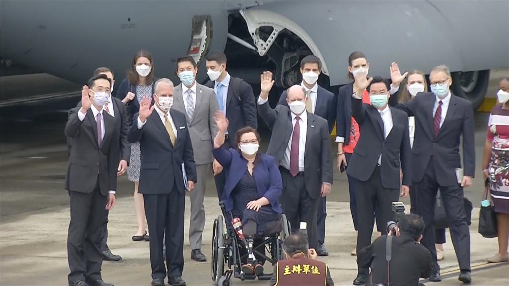 未避中國飛航情報區 24萬劑莫德納抵台