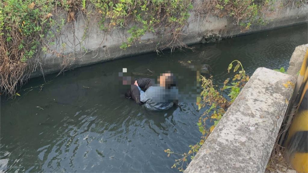 沒人剎車! 3機車路口離奇夾撞休旅車  騎士噴飛摔落2米深水溝