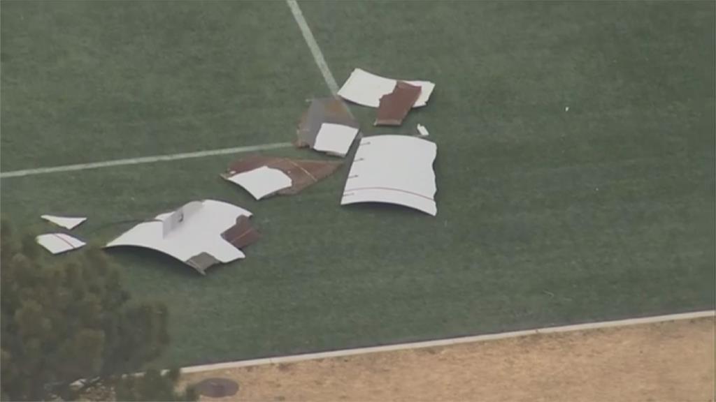 美聯航波音777客機引擎故障折返!載241人緊急降落 機身碎片砸進住宅區