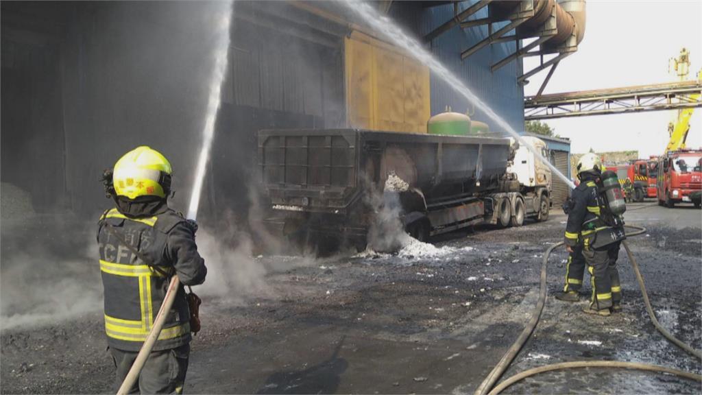 千度熱爐渣噴濺!連滾帶爬逃 后里鋼鐵廠爐渣車爆炸!2員工四肢燒燙傷