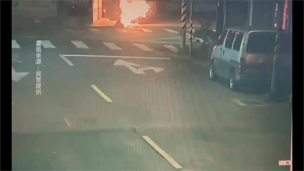 驚傳縱火!補習班前引燃波及汽機車 黑衣男子點火後逃逸 警方循線逮人