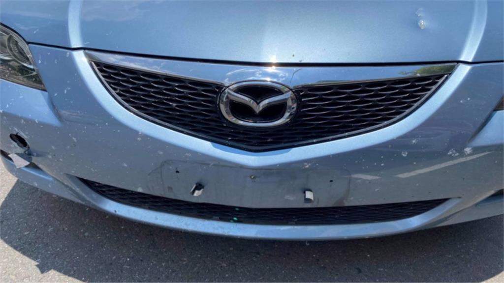 砂石國道沿途飛 父子駕車擋風玻璃被砸破