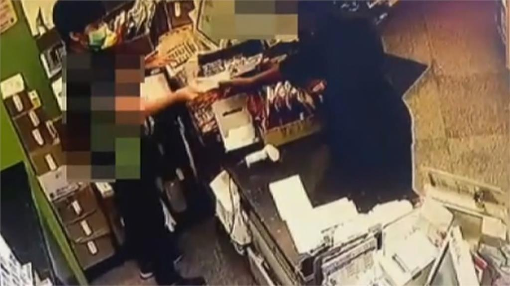 蒙面歹徒持刀搶超商 店員嚇傻交出4千多元