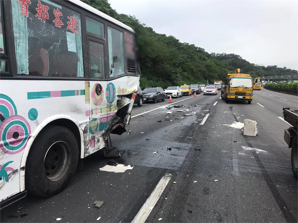 快新聞/國3北上土城段5車連環撞! 1人受傷送醫