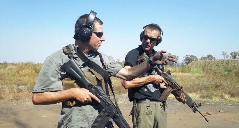 運鈔車遇歹徒開槍搶劫!南非前特警冷靜力退搶匪 網盛讚英雄