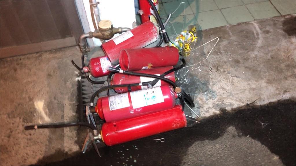 民宅前火燒車 疑糾紛鄰居縱火還持刀砍人