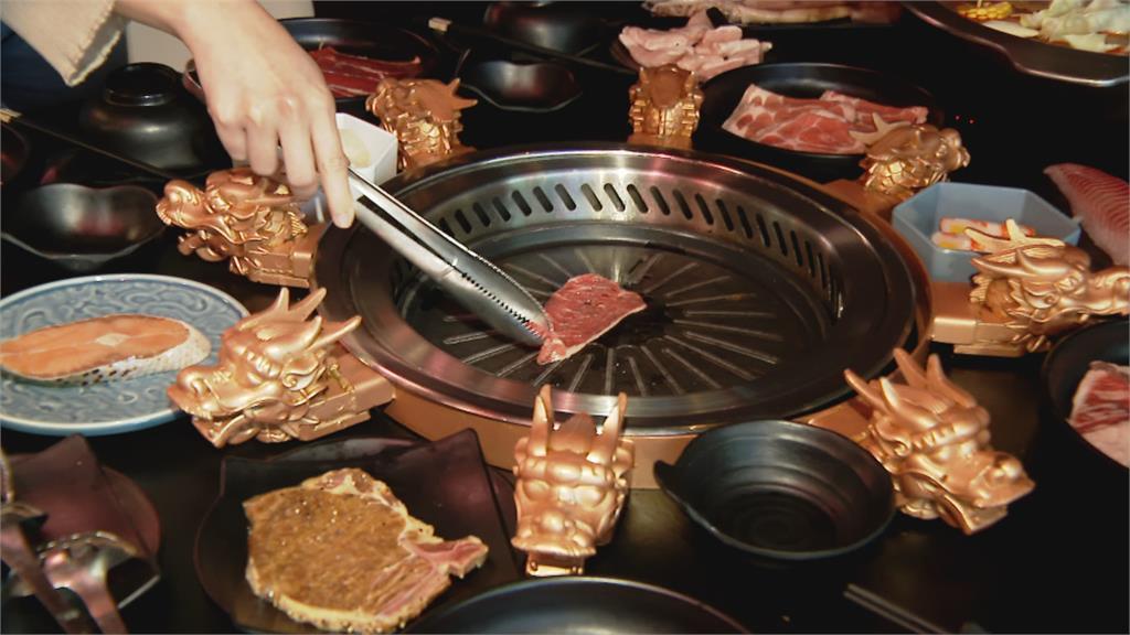 烤盤鑲金龍頭、筷子金光閃閃...這家餐廳太浮誇!
