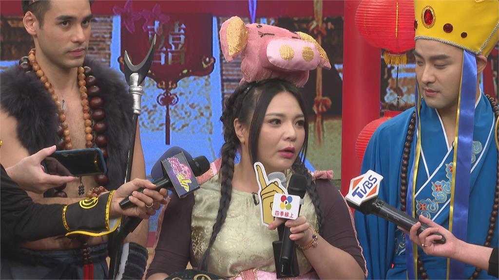 小甜甜婚後首曝光 錄新春節目挺3月肚「扮豬」