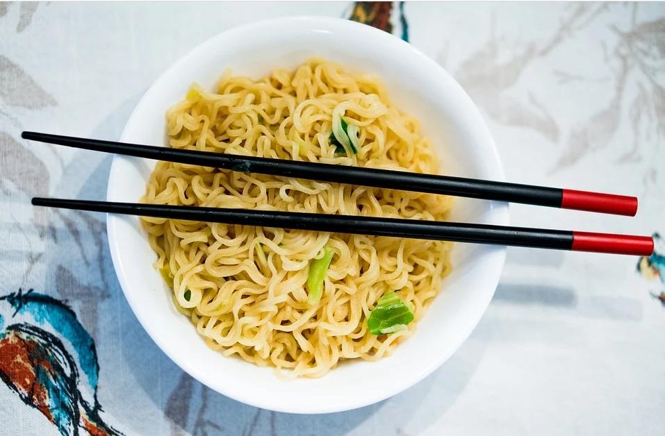 他吃「台灣泡麵」怨一大缺點!網友超有共鳴:真的好麻煩