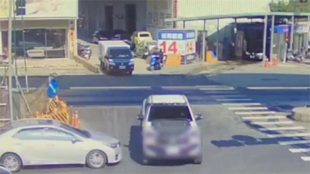 左轉未注意燈號 小貨卡遭撞翻四腳朝天