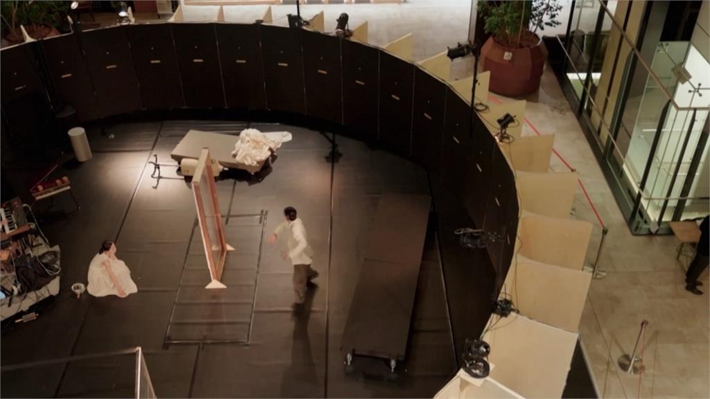 從縫隙中看表演!  日本舞團新表演模式吸睛
