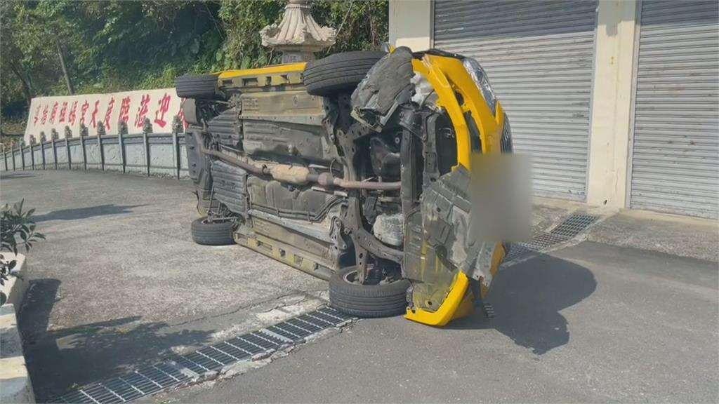 疑恍神撞水泥護欄 計程車90度側翻.車頭全毀