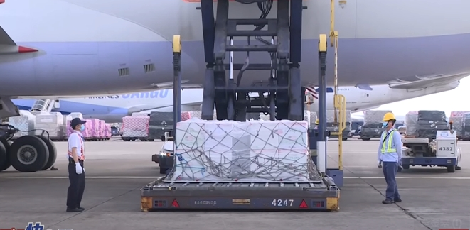 LIVE/真朋友真進展! 250萬劑莫德納疫苗抵台陸續運出機艙 現場最新畫面直擊