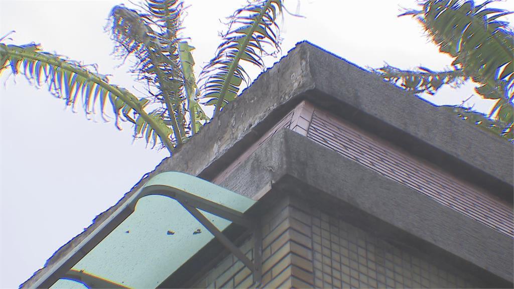 驚險! 北市老舊大樓水泥磁磚崩落砸車
