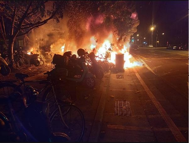 快新聞/台南市公園停車場大火 30多輛機車被燒成骨架
