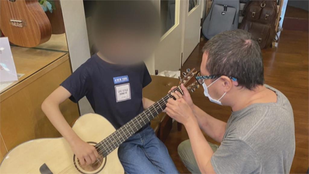 暖心!偷摸吉他男孩找到了 樂器行老闆助圓音樂夢