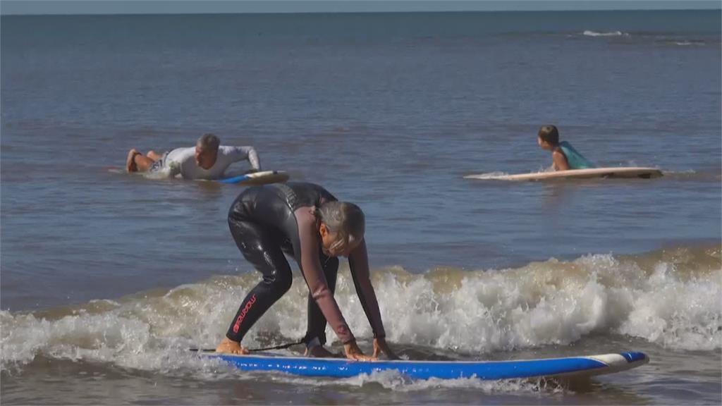 人生重新充電! 烏拉圭開「50歲以上衝浪班」