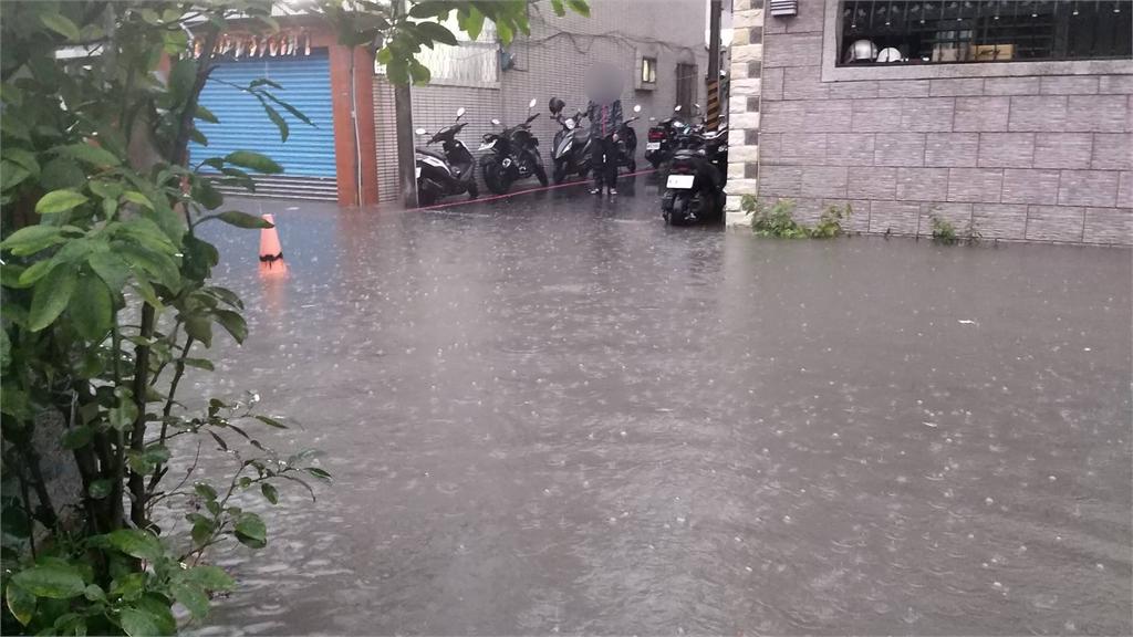 快新聞/凌晨大雨來襲!台南永康區積淹水 緊急啟動抽水機救災
