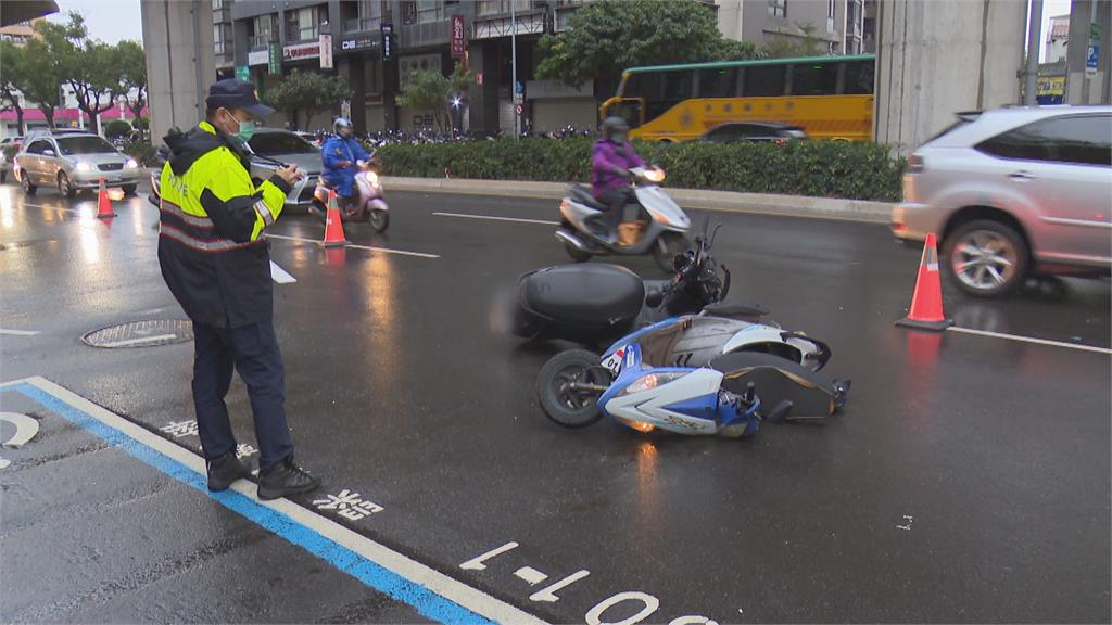 天雨路滑騎士自摔 慘遭後方三車追撞騎士遭輾卡車底拖行傷重不治