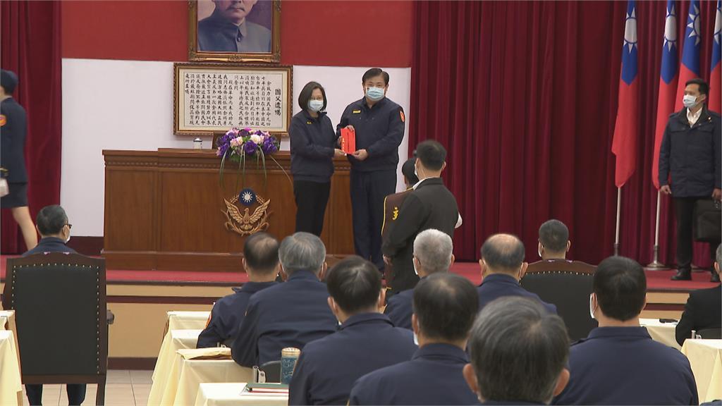 蔡總統年前赴警政署慰勉 頒獎金激勵基層士氣