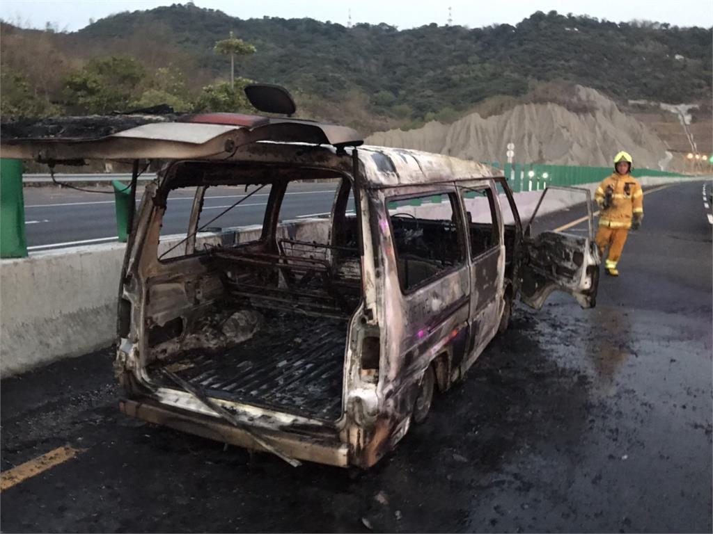 快新聞/國3南下中寮路段火燒車 駕駛乘客5人燒燙傷送醫