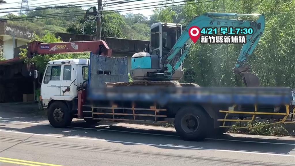 工程車忘收吊臂! 電線桿連根拔起橫躺路中 阻礙雙向交通 幸無人受傷!