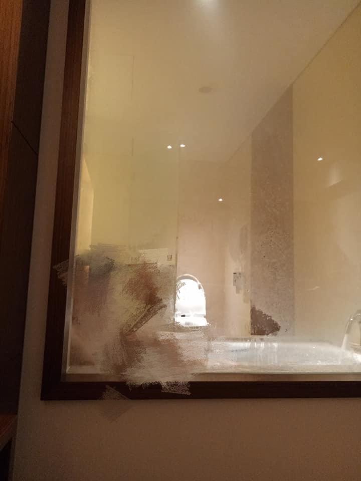 情趣?飯店玻璃「洗澡被看光」 人妻害羞發文!內行曝真實用途