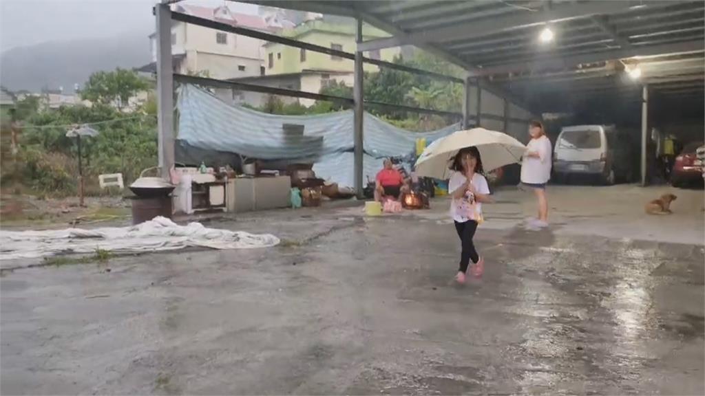 高雄喜迎降雨!梓官菜農冒雨採收作物