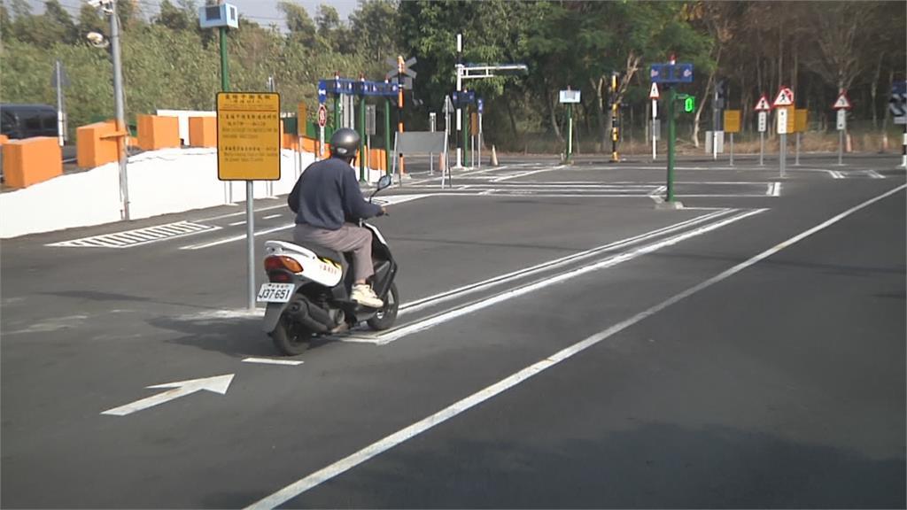 駕照滿洋蔥!65歲翁考13次拿駕照 感動監理人員