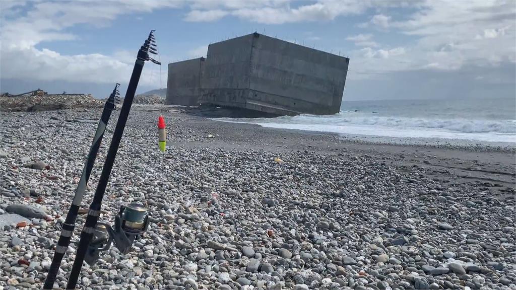 5層樓高沉箱擱置沙灘 台東驚現「比薩斜塔」