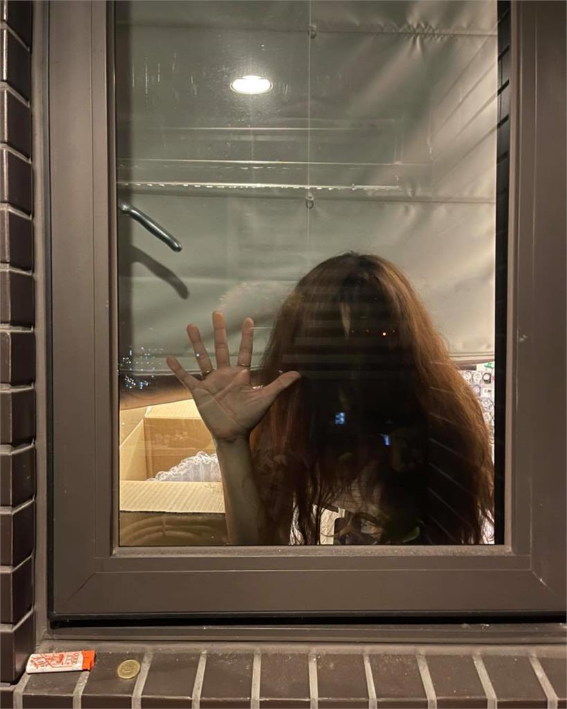 納豆轉頭驚呆!看夜景窗戶浮出「披頭散髮女人影」 網喊:嚇死