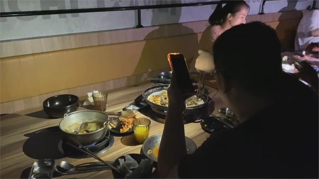 輪流停電衝擊逢甲夜市 客人手機打燈吃鍋