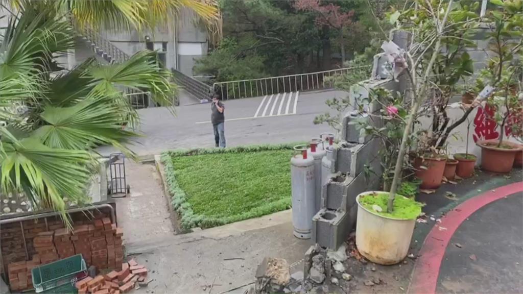嚇!貨車滿載瓦斯鋼瓶 撞進五股憲兵學校
