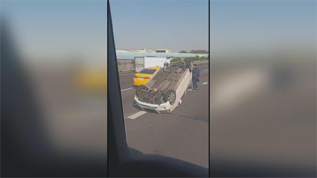 小貨車、轎車撞擊同時翻覆國一彰化北上路段塞了10公里