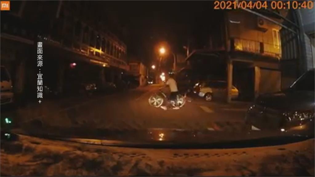 不專業碰瓷? 腳踏車放路中 下秒不疾不徐躺下