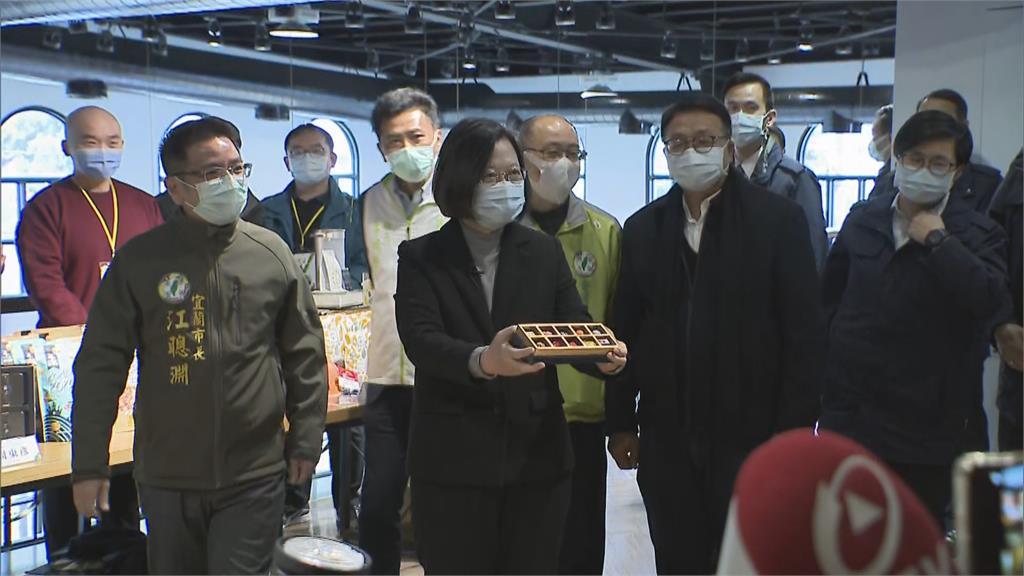 戴口罩勤洗手挺醫護 總統下鄉宜蘭推銷觀光 為醫護人員打氣