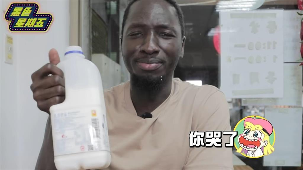 挑戰煉獄級麻辣乾麵 非洲男吃2口噴淚放棄「烙賽到半夜」