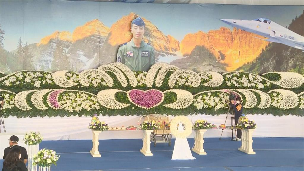 快新聞/ 「F5戰機失事」殉職飛官羅尚華告別式 蔡英文親臨頒發褒揚令