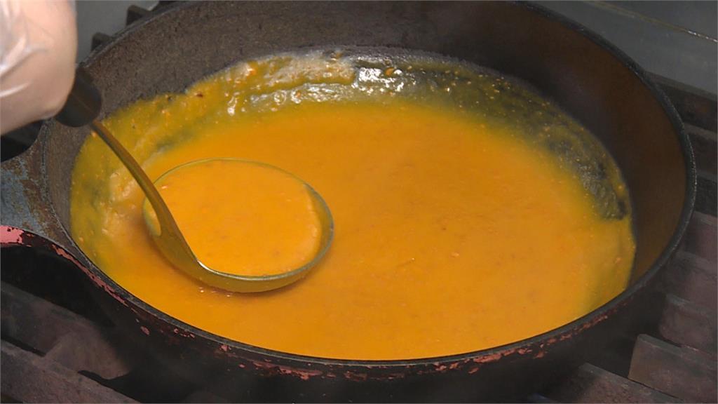 生麵下鍋煮出Q勁! 加入鹹蛋黃醬攪拌入味