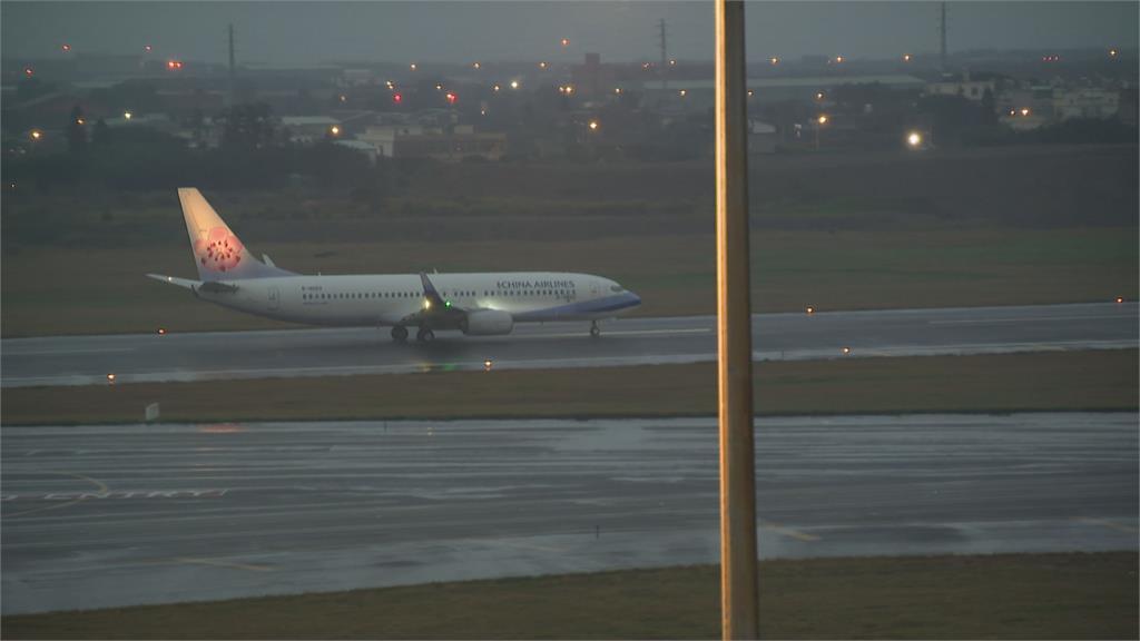 華航關島人道包機抵台 載回47名國人、關島居民