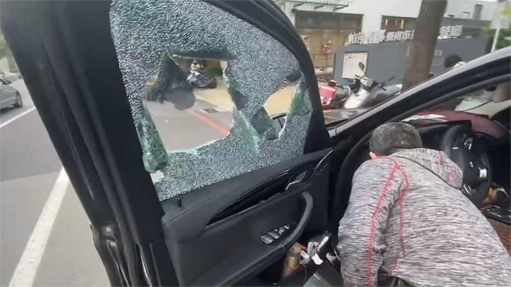 擦撞2車卻不下車.....警持槍喝令! 老翁:頭暈開不了車門