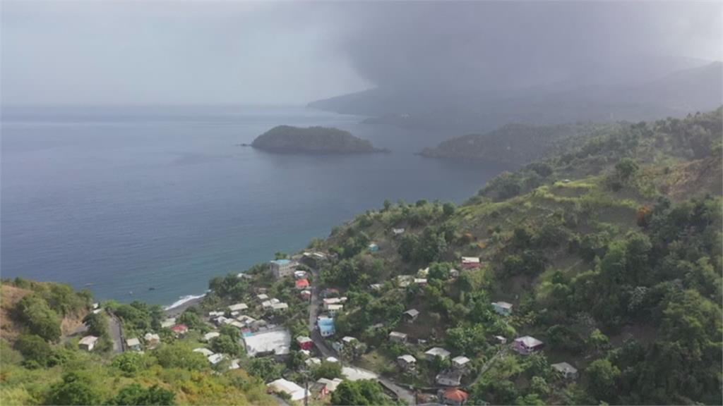 台灣友邦聖文森  火山煙塵直衝天際!索夫瑞火山爆發 累積42年能量轟然噴出
