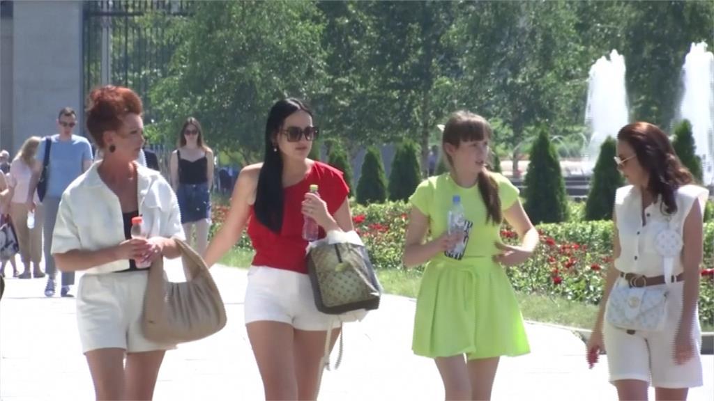 俄羅斯疫情升溫 日增1.7萬例創4個月新高熱浪強襲 民眾出門放風群聚風險大增