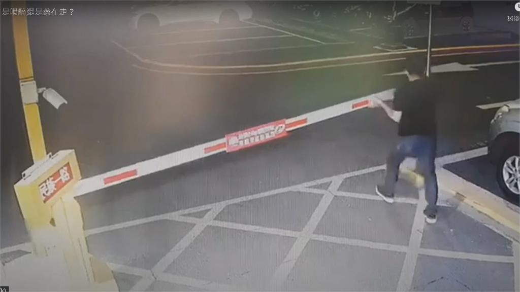 男闖停車場爬車頂惡搞 至少3車受害車主怒報警