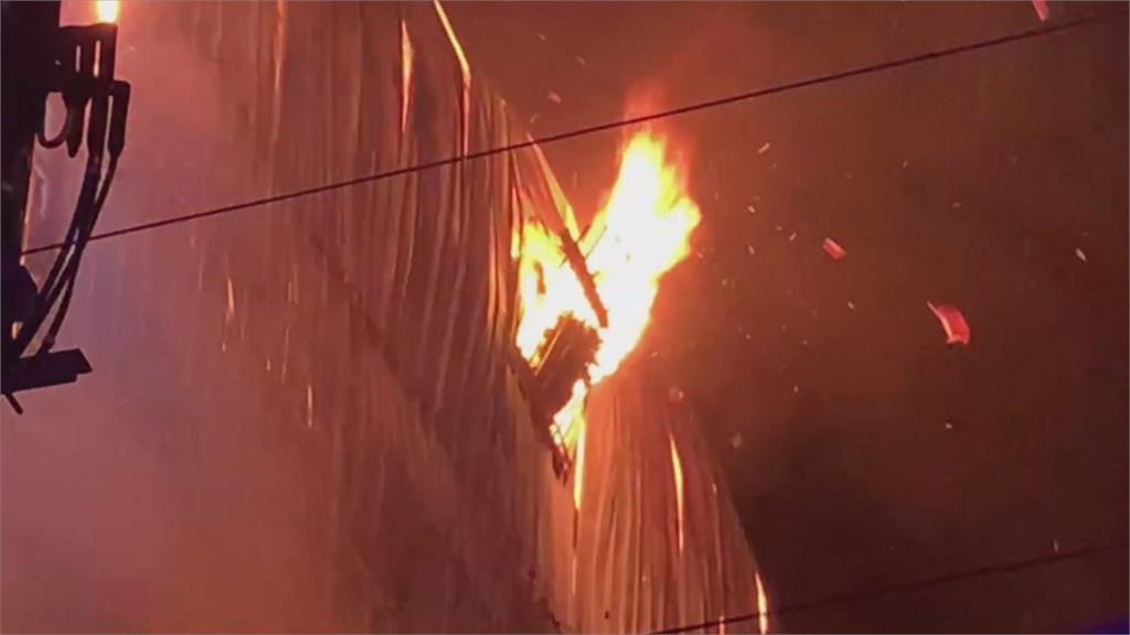 除夕夜太平鐵皮工廠全面燃燒!3人嗆傷
