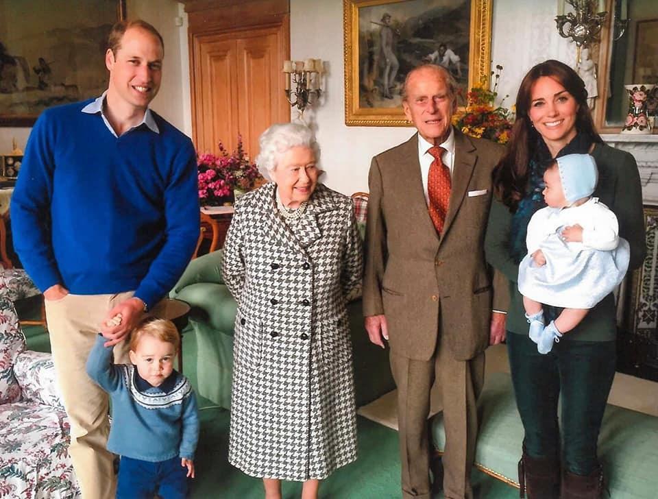 紀念菲立普親王 英王室罕見含飴弄孫照曝光