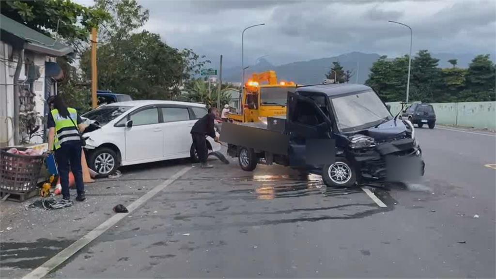 驚悚對撞! 貨車駕駛噴飛、休旅車撞進民宅