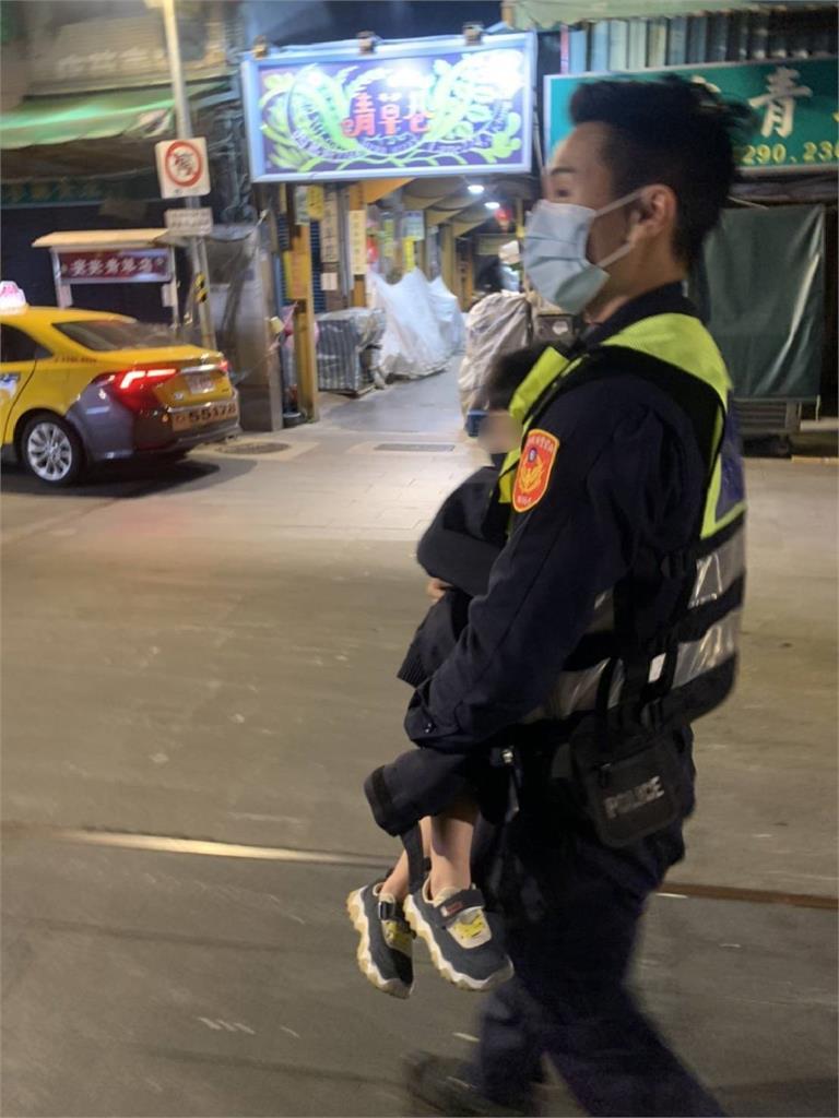 快新聞/警用外套緊緊包住走失童 保安警察大隊萬華街頭展盡溫柔